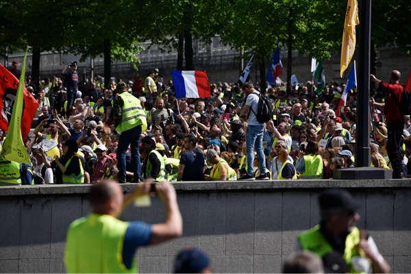 """巴黎圣母院大年夜火后 法国再爆发""""黄背心""""抗议"""