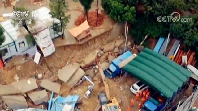 广东降雨还将持续 有市民用木板当浮舟划船出门