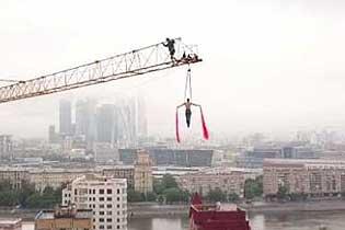 高空杂技!俄丝带舞演员塔吊吊臂下倒挂旋转起舞