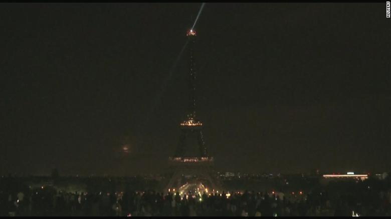 向斯里兰卡连环爆炸遇难者致哀,埃菲尔铁塔熄灯一夜