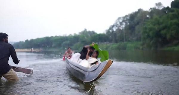 爆笑!印夫妇独木舟上拍婚纱照时意外翻船落水