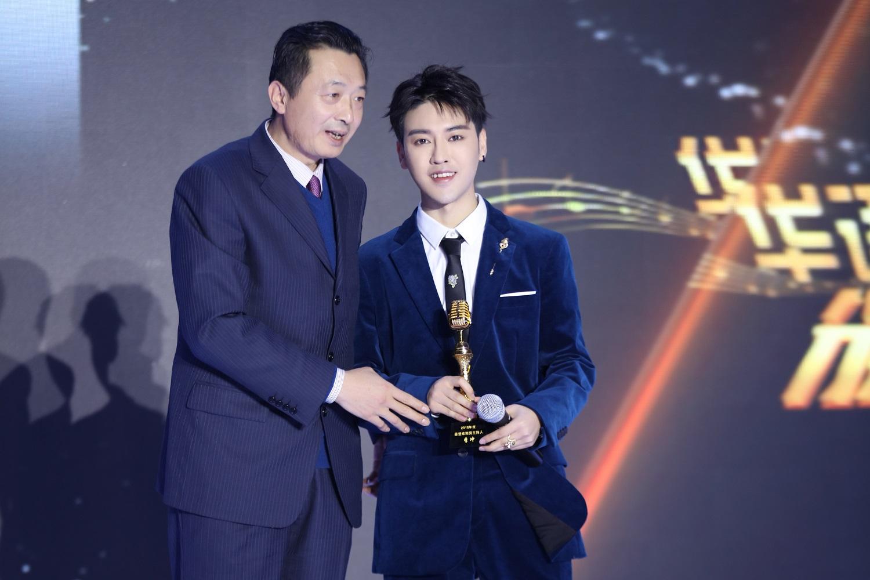 李冲斩获2018年度最受欢迎男主持人