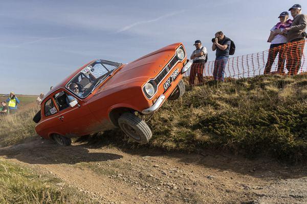英国举办趣味山地障碍攀爬赛 老爷车爬坡炫技超精彩