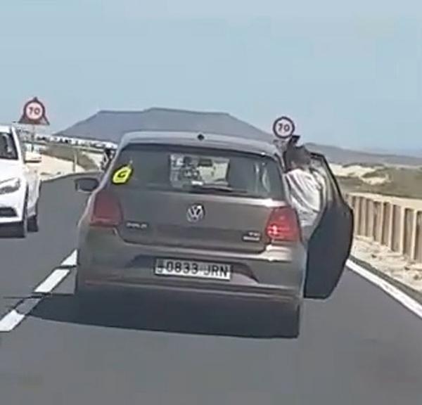 惊险!西班牙一游客为自拍竟将身体悬挂车外