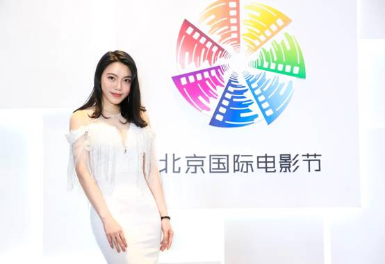 陈慧凌亮相北京国际电影节 白色连衣裙彰显高雅气质
