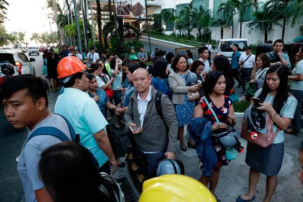 菲律宾6.4级地震致5人死亡 民众疏散避难