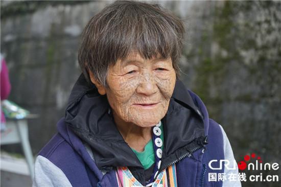 """【壮丽70年·奋斗新时代】独龙族""""文面""""老人丙秀芳的幸福生活"""