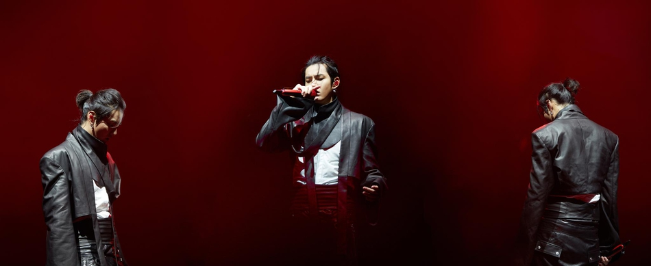 吴亦凡巡演打造中国风视觉效果 穿喇叭袖皮衣展舞台魅力