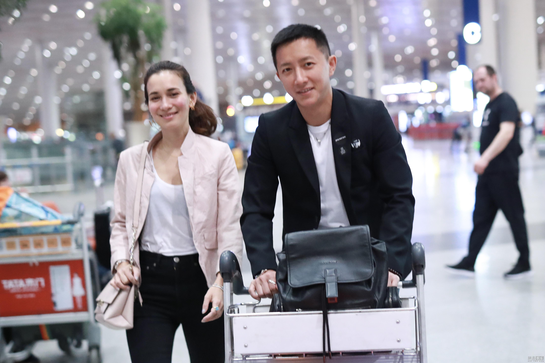 韩庚和女友现身机场 不同框画面依旧甜cry