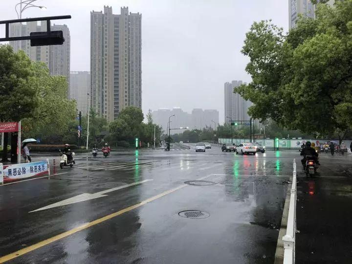 """杭州鬧市""""失控""""寶馬撞上一家三口!肇事司機這一舉動讓人氣憤"""