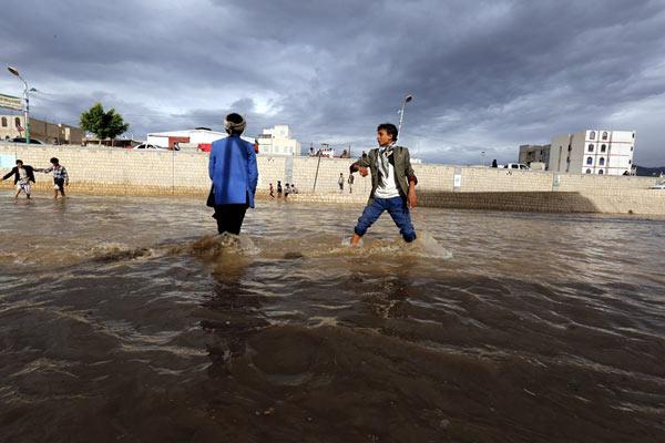 也门首都遭暴雨袭击 道路积水泛滥成灾