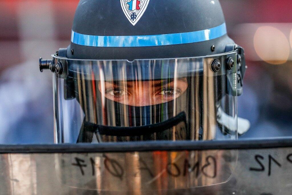 """""""黄马甲""""抗议者奚落警察""""自杀""""被调查,法内政部长怒批:这是羞辱"""