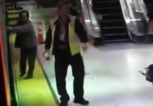 可怕!老妇手指被卡地铁车门后被卷入铁轨下面