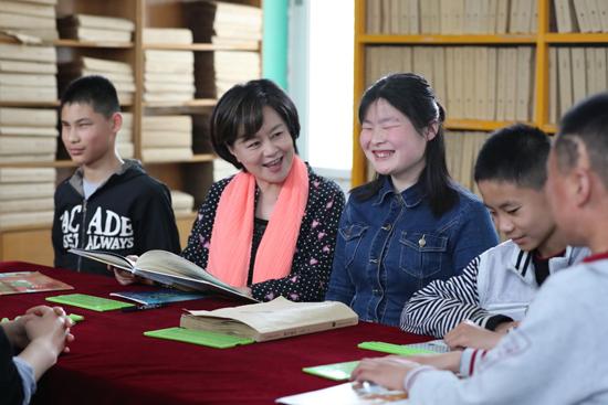 """湖北快3:世界读书日,鞠萍姐姐为盲童发声""""每个人都有阅读的权利"""""""