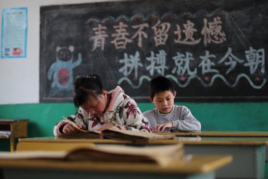 """世界读书日,鞠萍姐姐为盲童发声""""每个人都有阅读的权利"""""""