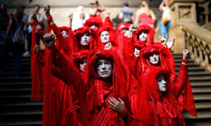 """英国民众""""花式""""抗议气候变化 警方逮捕1065人"""