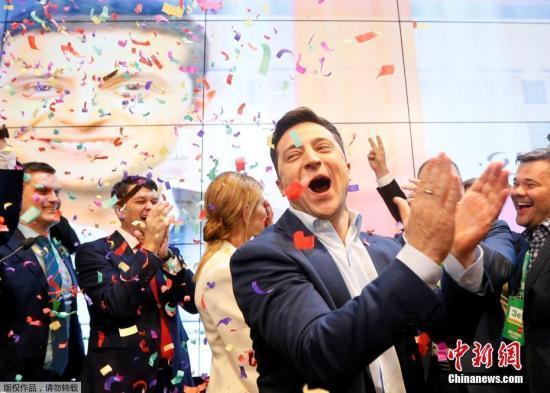 4月21日,在乌克兰首都基辅泽连斯基竞选总部,乌克兰总统候选人、演员泽连斯基与团队成员和支持者共同庆祝。