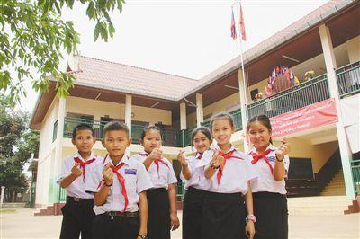 老挝万象农冰村小学师生:?#34892;?#20013;国朋友帮我们建起了漂亮的学校