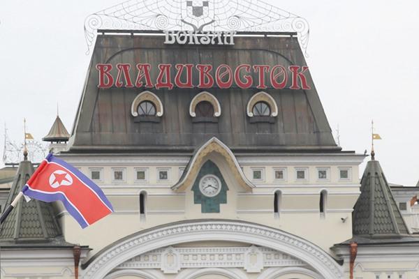 金正恩已乘专列赴俄 符拉迪沃斯托克火车站挂起朝鲜国旗