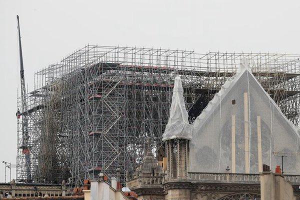 为?#20048;?#38632;水侵袭 巴黎圣母院暂时覆盖防水布遮雨