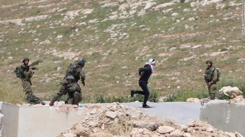 以军士兵枪击15岁巴勒斯坦少年,少年被蒙着眼睛、戴着手铐