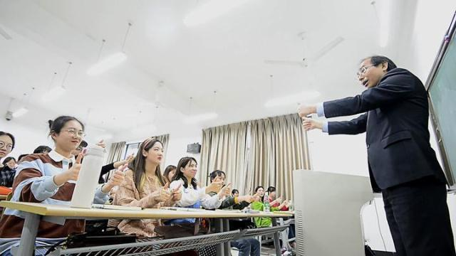 浙传教授的手语歌 为何成了学生的最爱?