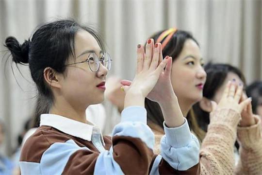 浙传教授的手语歌成了学生的最爱