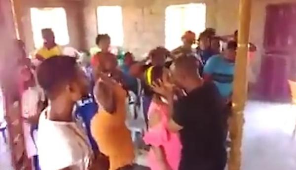 """津巴布韦牧师当众亲吻女子为其""""驱魔""""引愤慨"""
