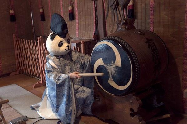 """日本有鹿神社大神官扮""""熊猫""""吸引游客"""