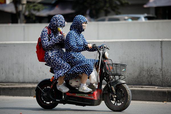 越南遇40多度极端高温 民众上演防晒大作战