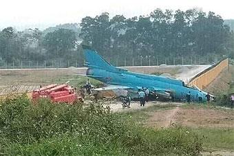 越南空军苏22战斗轰炸机着陆时冲出跑道