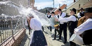 匈牙利举行复活节传统活动 男子往女孩身上泼水