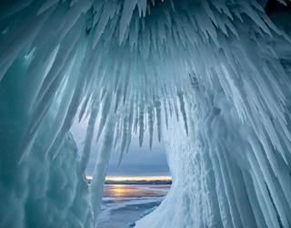 俄罗斯贝尔加湖冰洞美景 壮观冰锥如万箭齐发