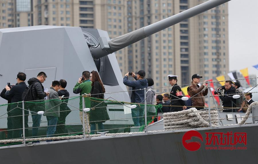舰艇开放日活动进行 民众参观日本海上自卫队凉月驱逐舰