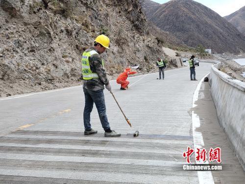 """万条留言见证川藏公路之变:从碎石路到""""黄金旅游路线"""""""