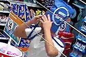 澳劫匪用袋子蒙头打劫商店 随后取下装赃物