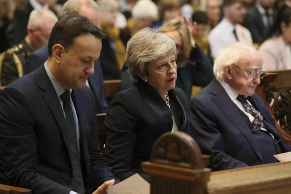 北爱尔兰女记者身亡 英国女首相特雷莎-梅出席葬礼