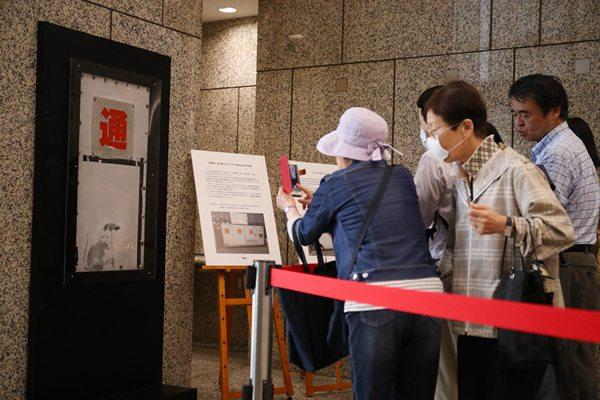 疑似班克西涂鸦现身 日东京都政府限时公开展示