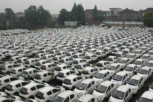杭州钱塘江边密集停放近三千辆被淘汰共享汽车