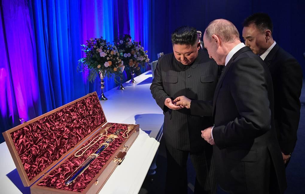 互换礼物!金正恩赠普京朝鲜直剑,普京回赠弯刀、跳棋和镀金玻璃制品