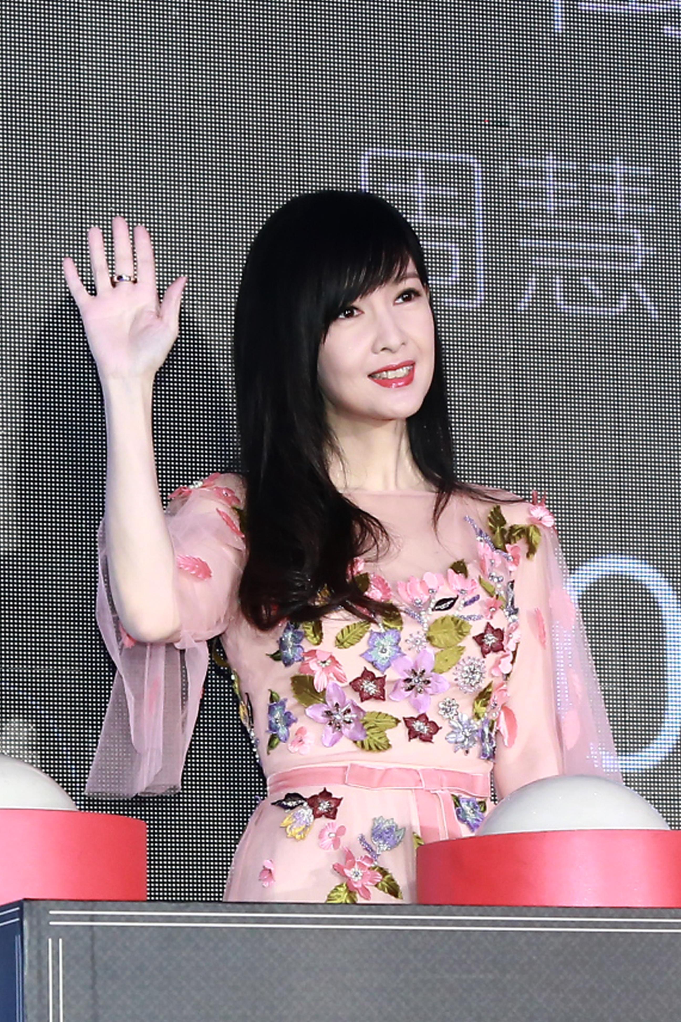 51岁周慧敏穿粉纱裙 化身花仙子
