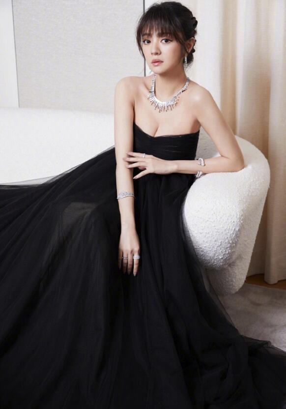 安以轩晒孕期写真 蓬松黑裙锁骨依旧性感