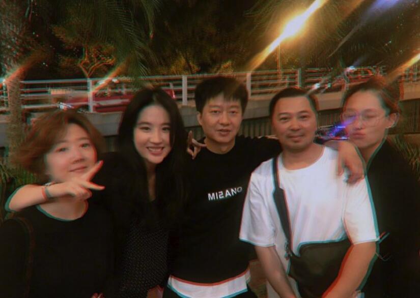 刘亦菲晒与友人合影 笑容灿烂搞怪自拍