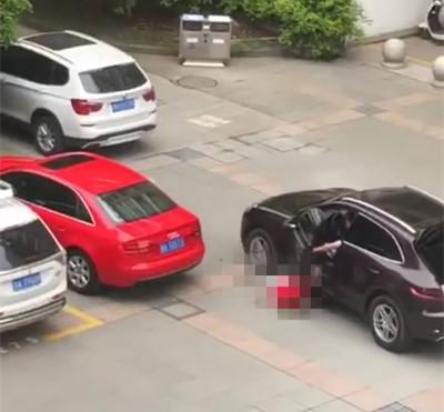 浙江一男子高校内开保时捷碾压女学生 被警方控制
