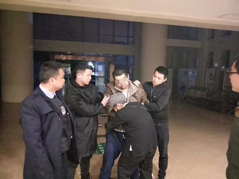 江西男子精神病突发砍伤母亲 跑出家门后被当地特警控制