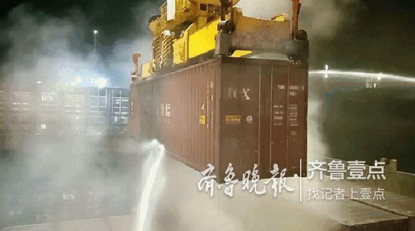 集装箱货轮靠港前失火,日照港集发公司深夜紧急救援