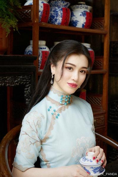 刘翔前妻葛天穿旗袍拍中式写真 红唇抢镜身姿婀娜
