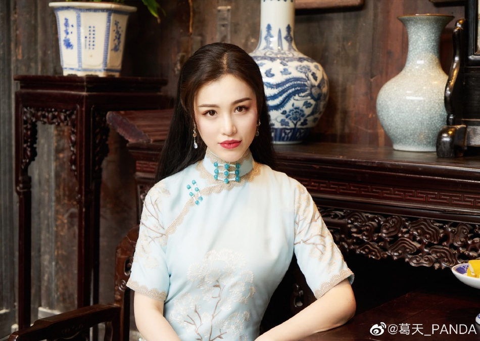 刘翔前妻葛天晒旗袍造型美照 身材凹凸有致