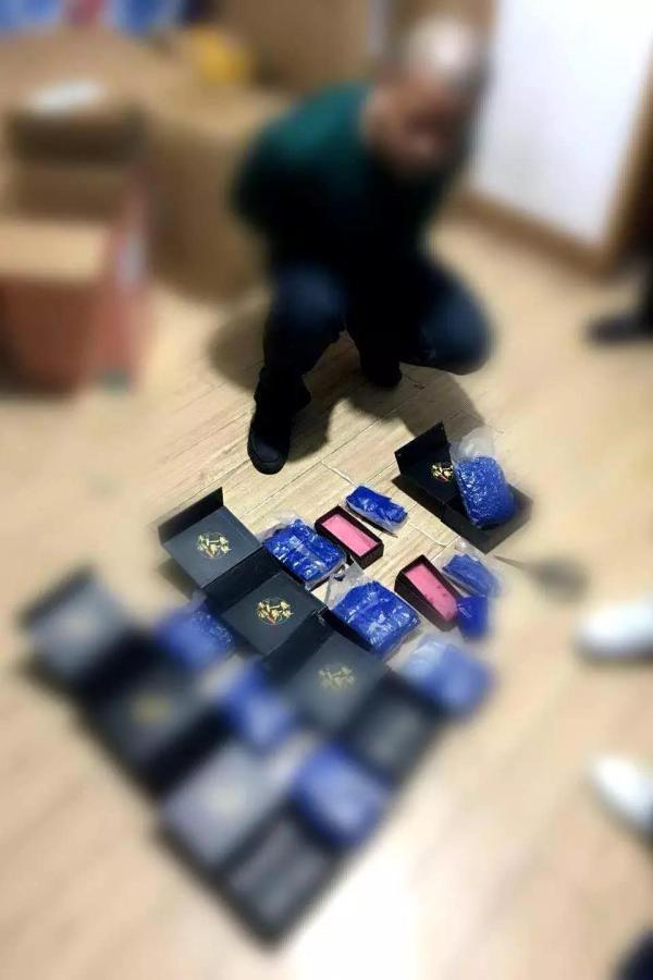 """3公斤毒品伪装鹿鞭邮往武汉,民警乔装""""快递员""""人赃并获"""