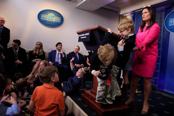 """白宫举办""""带孩子上班日""""  熊孩子霸占新闻中心"""